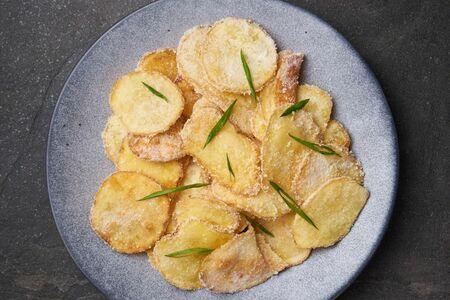 Картофельные чипсы во вкусе сырный снег