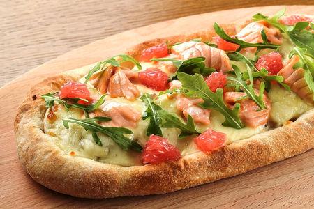 Пинца с маринованным лососем