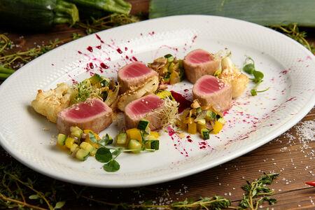 Филе тунца на гриле с овощами