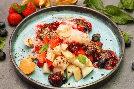 Клубничный творог с фруктами
