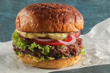 Бургер с котлетой из говядины, овощами и соусом карри
