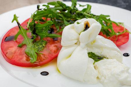 Салат из буррата со сладкими помидорами