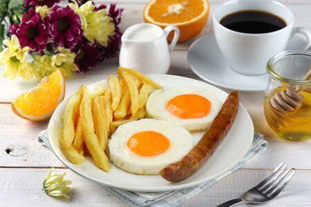 Жареное яйцо,колб.охот,карт фри + напиток
