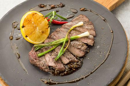 Мраморная говядина с соусом из черного перца и шампиньонов