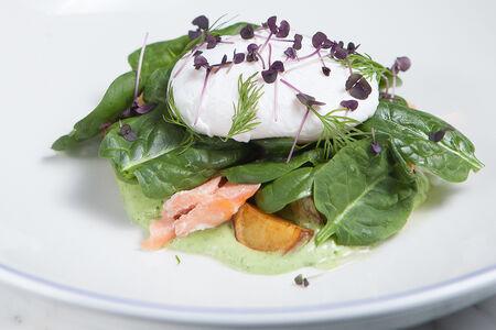 Салат с копчёным лососем и шпинатом