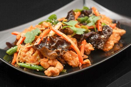 Цыпленок с черными грибами