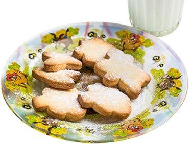 Песочное домашнее печенье со стаканом теплого молока