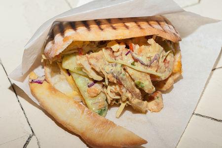 Арабская шаурма в пите с картофелем фри и хумусом