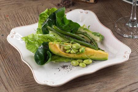 Жареный авокадо с фасолью и эдамамэ