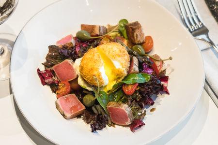 Салат с тунцом, хрустящим яйцом и соусом Цезарь