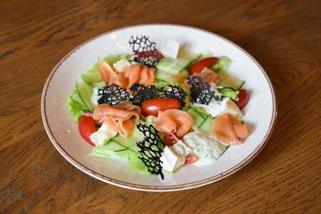 Салат с лососем и сыром камамбер