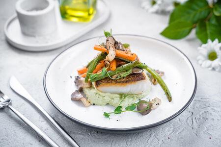 Филе палтуса с овощами и сметанным соусом