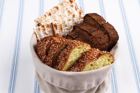 Хлеб разный: хала, маца, ржаной.