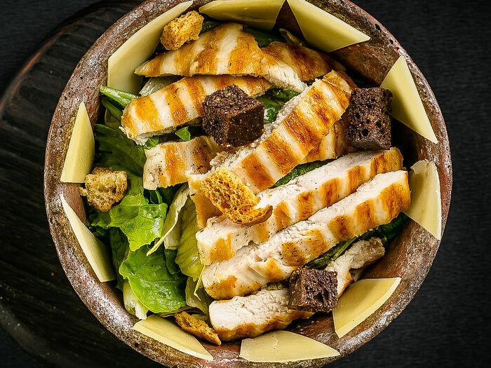 Салат с сочным цыпленком на гриле