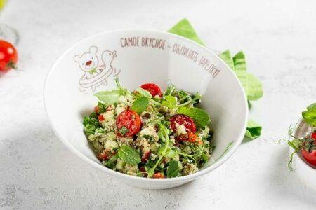 Салат из печеных овощей и киноа со свежим огурцом, мятой и оливковым маслом