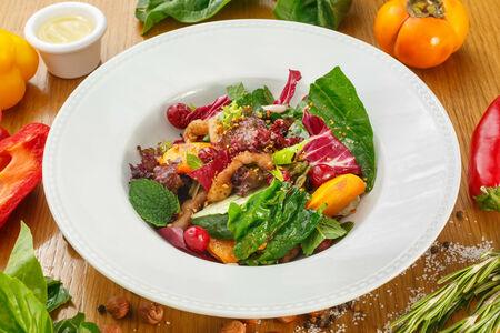 Теплый салат со свининой, хурмой и шпинатом