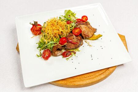 Салат с обжаренной говядиной