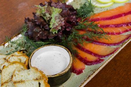 Свекольный Гравлакс из лосося с соусом из сливочного хрена