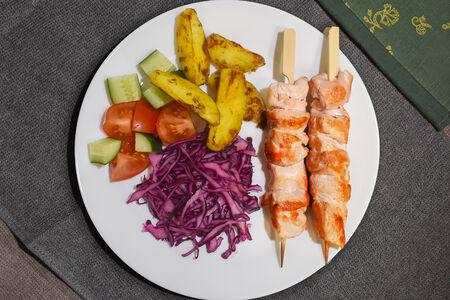 Шашлык куриный с картофелем и салатом