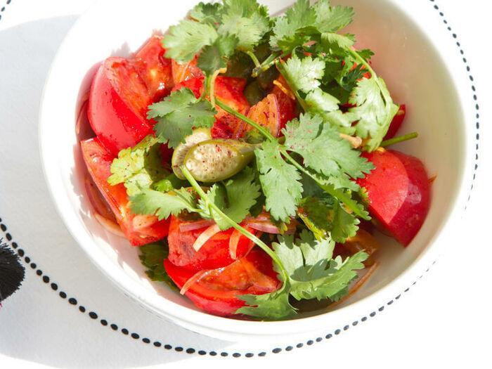 Салат из помидоров с каперсами