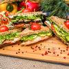 Фото к позиции меню Сэндвич с шампиньонами, яйцом и творожным сыром