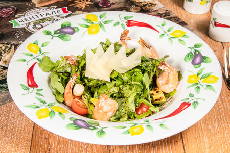 Салат из рукколы с креветками, авокадо и сыром пармезан