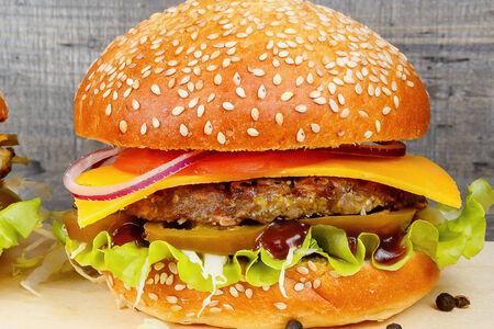 Бургер с халапеньо и котлетой из говядины