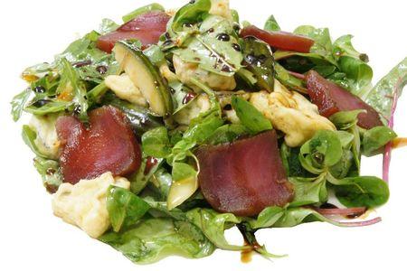 Салат с баклажанами и обжаренным тунцом