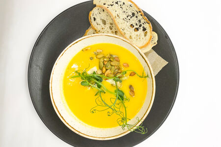 Тыквенный суп с голубым сыром и гренками