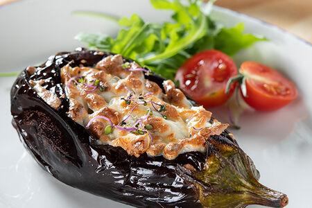 Баклажан, фаршированный телятиной и свининой со сметанным соусом под запеченным сыром