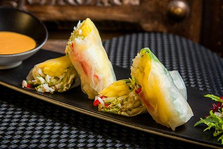 Фреш-ролл с крабом, манго и соусом Том Ям