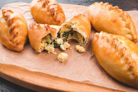 Пирожок с яйцом и зеленью