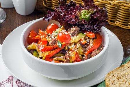 Теплый салат с телятиной, баклажаном, цукини и красным луком