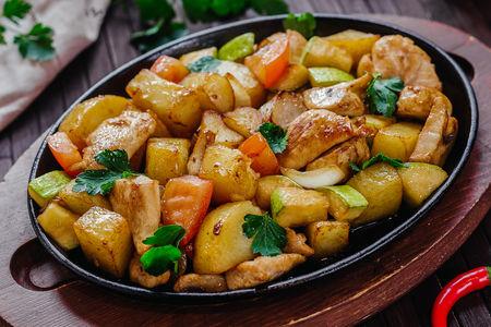 Горячая сковорода с курицей