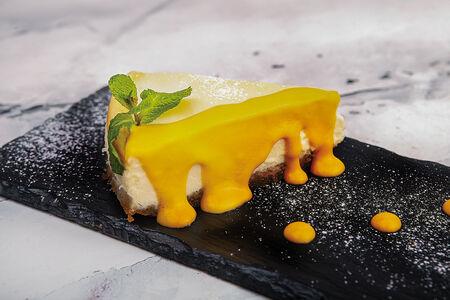 Классический чизкейк с манговым соусом