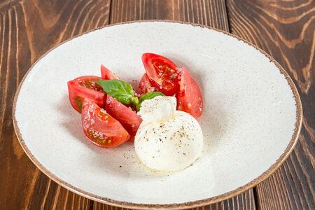 Салат Сыр буррата с томатами