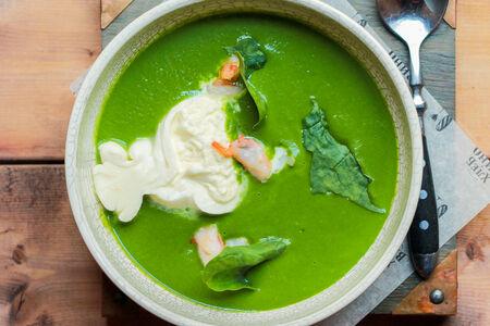 Крем-суп из шпината с креветками и бурратой