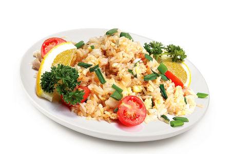 Жареный на тэппане рис с курицей, яйцом и помидорами Черри