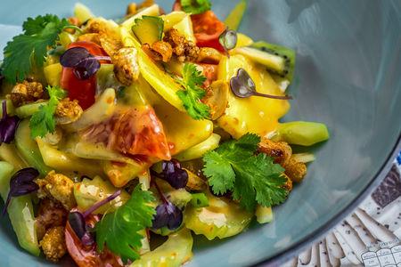 Салат из фруктов и овощей с цитрусовой заправкой