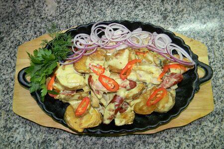 Жаровня с колбасками, беконом и грибами