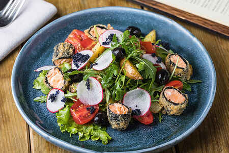 Салат с жареным лососем