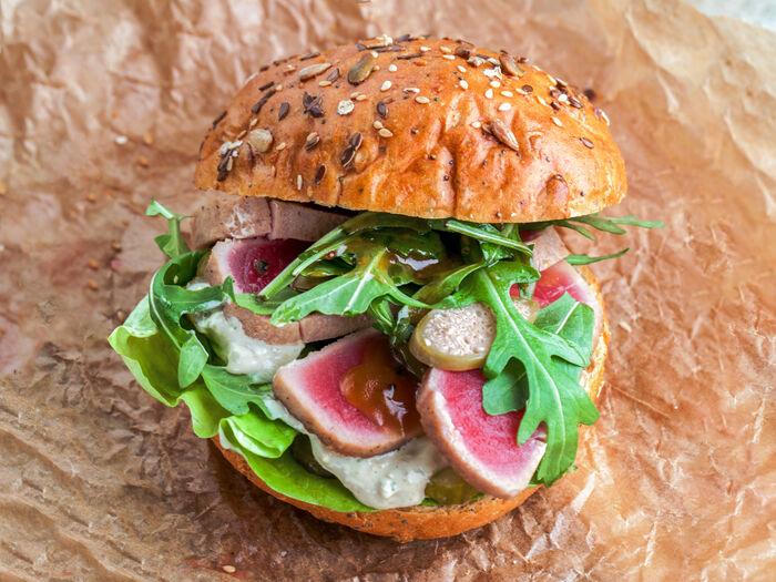 Бургер со свежим тунцом, битым огурцом,каперсами и соусом Тар-Тар