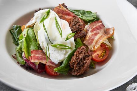 Салат с панчеттой и яйцом пашот