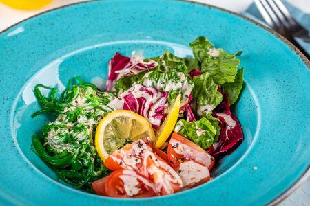 Салат Чука с овощами и ореховым соусом