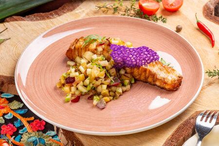 Филе лосося с фруктовой сальсой