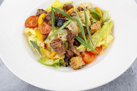 Салат с рваной говядиной и хрустящими баклажанами