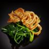 Фото к позиции меню Кальмар на гриле со шпинатом, обжаренным на воке (250 гр)