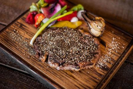 Перечный стейк  из мяса фермерских бычков