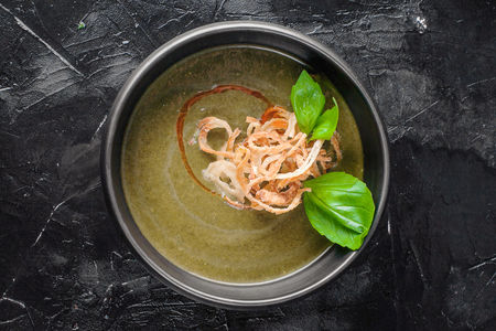 Крем-суп с кокосовым молоком, шпинатом и курицей
