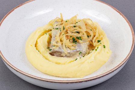 Печень теленка с картофельным пюре и соусом из сладкой горчицы